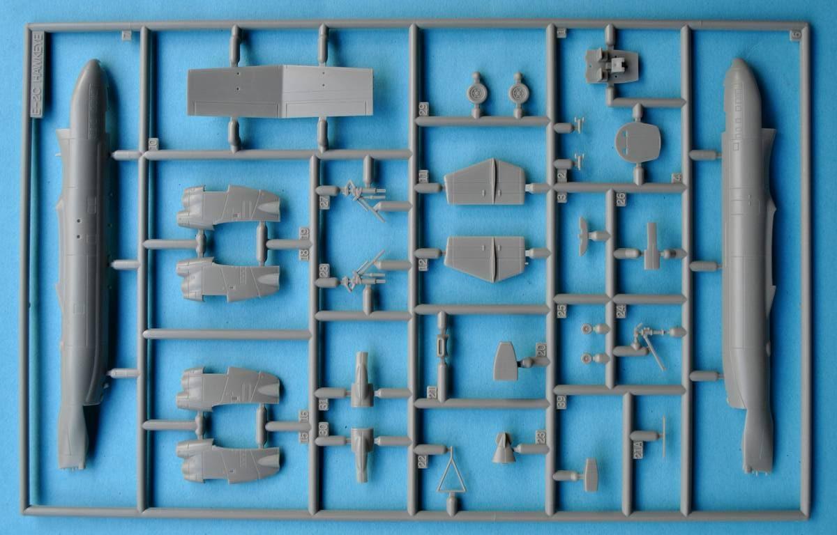 Revell-03945-Grumman-E-2C-Hawkeye-13-e1475684564571 Grumman E-2C Hawkeye von Revell im Maßstab 1:144 ( 3945 )