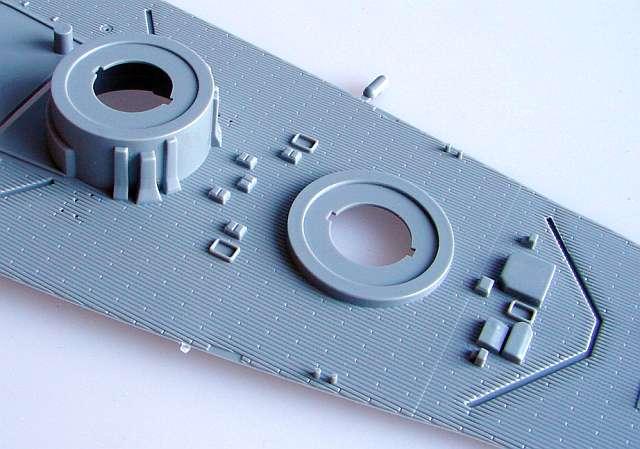 02_Beachte-die-Barbetten-und-die-Plankenstöße-des-Decks Bismarck Platinum Edition von Revell 1:350