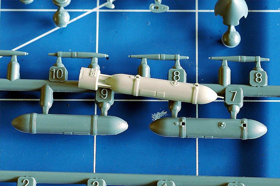 Eduard_672122-Spitfire-Drop-Tank-Vergleich Spitfire Drop Tank und 500lbs Bomb in 1:72 von Eduard # 672121 und 672122
