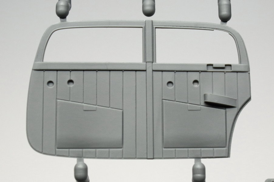 B4 WWII German Staff Car Type 320 (W142) Saloon - ICM 1/35