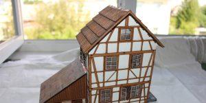 Fachwerkhaus mit Holzschuppen – Lasercut Modellbaushop 1:35