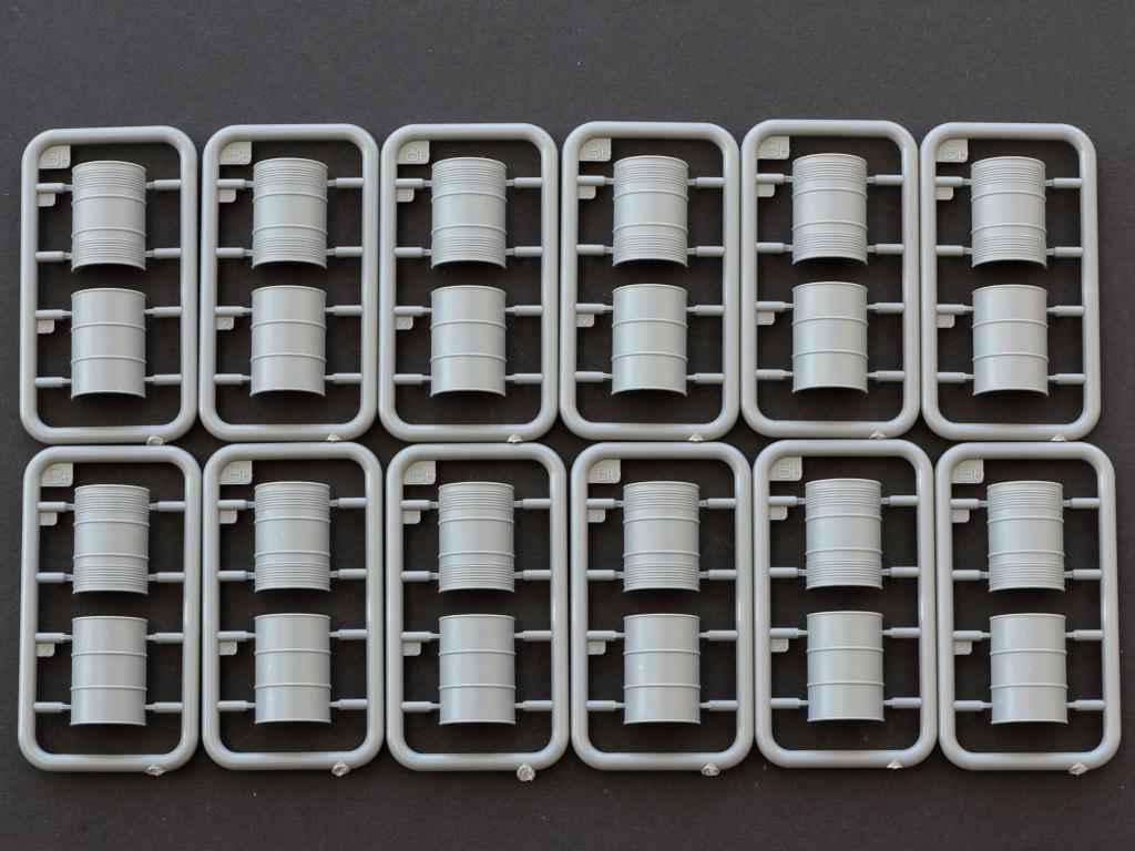 1 U.S. Fuel Drums 55 Gals. 1:35 Miniart (#35592)