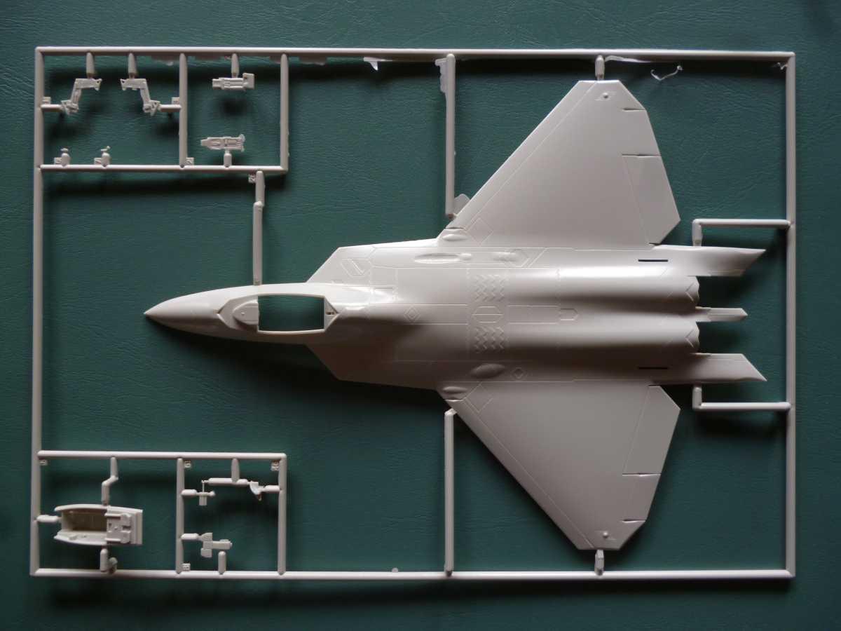 Revell-03858-F-22A-Raptor-3 Lockheed F-22A Raptor in 1:72 von Revell # 03858