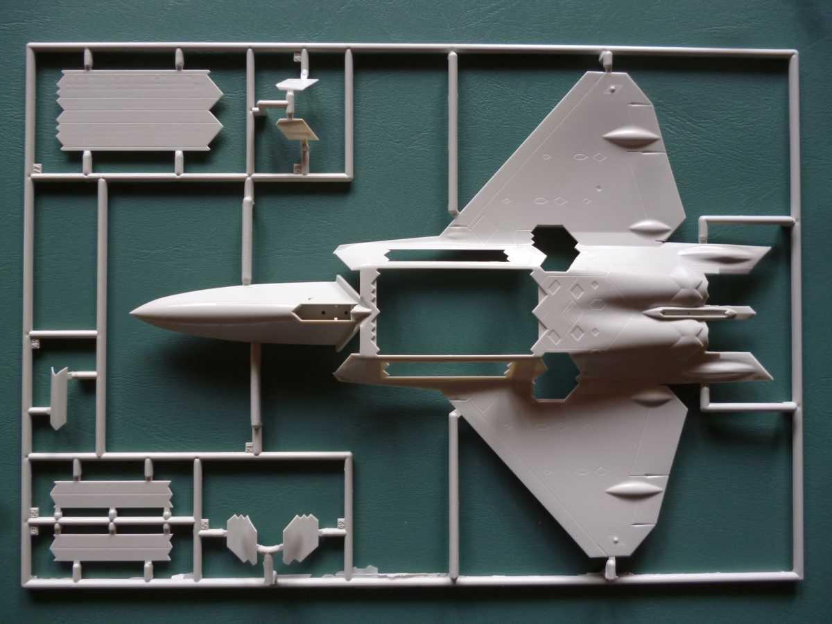 Revell-03858-F-22A-Raptor-6 Lockheed F-22A Raptor in 1:72 von Revell # 03858