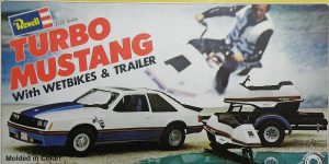 Kit-Archäologie: Turbo Mustang with Wetbikes & Trailer (#H-7401), Revell, 1:25