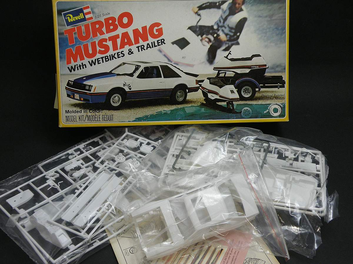 REvell-H-7401-Turbo-Mustang-with-Wetbikes-and-Trailer-36 Kit-Archäologie: Turbo Mustang with Wetbikes & Trailer (#H-7401), Revell, 1:25